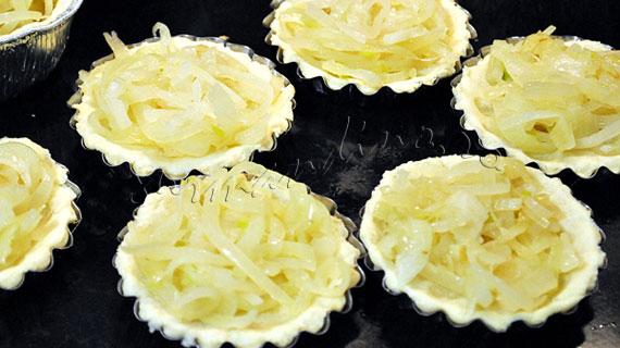 Mini-tarte frantuzesti cu ceapa si branza Gruyere