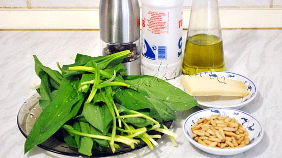 Pesto de leurda cu parmezan si seminte de pin