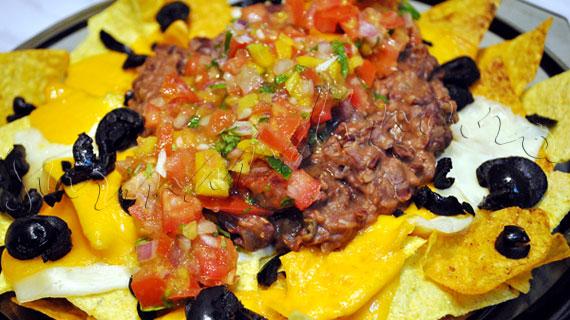 Nachos Grande - tortilla chips cu branza cheddar, Pico de Gallo, fasole pasata, guacamole si smantana