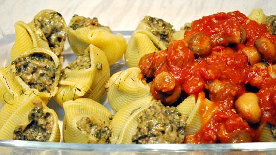 Paste la cuptor, umplute cu carne de vita, spanac si branza cedar, in sos de rosii cu ciuperci