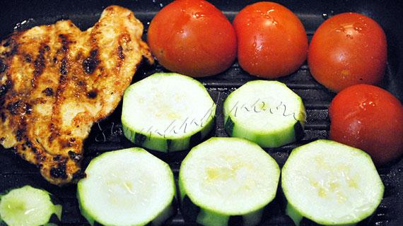 Salata de pui si legume la gratar, cu branza, masline, naut si sos cu mustar