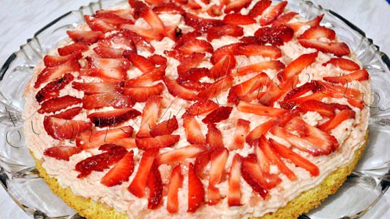 Tort cu sampanie, sirop de flori de soc si capsune, decorat cu fistic maruntit si capsune