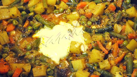 Biryani de legume in stil Hyderabadi - Orez indian cu legume, stafide, caju si condimente