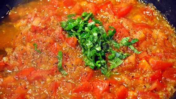 Friptura de curcan cu sos de rosii si busuioc & piure de cartofi cu morcov
