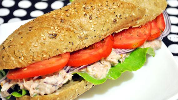 Sandwich cu salata de ton cu nuca, stafide, maioneza si marar