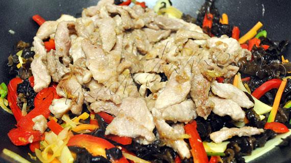 Porc szechuan - reteta de porc chinezesc cu urechi de lemn si bambus