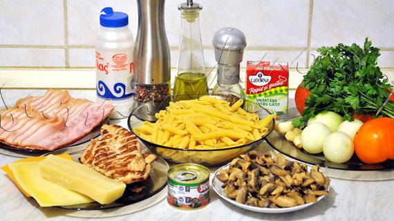 Reteta de penne siciliene al forno cu pui, bacon, ciuperci si sos roz
