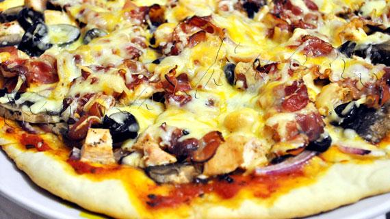 Reteta de Pizza carnivora: cu pui, bacon, ceapa, ciuperci, masline si mozzarella
