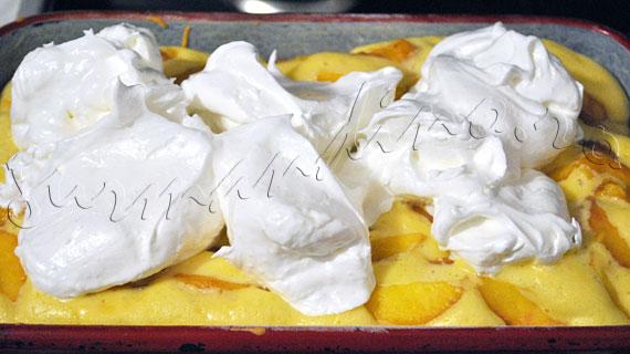 Reteta prajitura pufoasa cu fructe (piersici, caise, visine, zmeura) si bezea