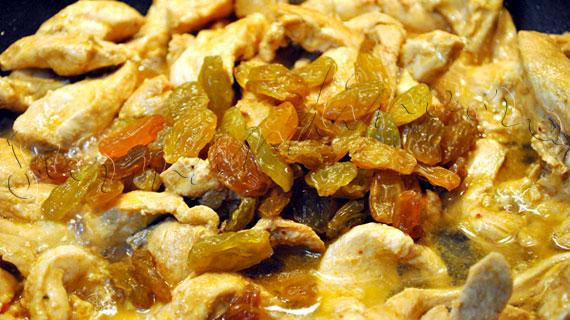 Reteta frantuzeasca de pui cu varza calita, ardei gras, stafide si sos de soia