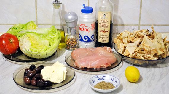 Reteta de salata cu pui la gratar, lipie coapta, branza feta, masline kalamata si iceberg