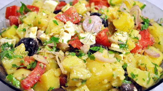 Salata mediteraneana cu feta, cartofi, masline kalamata si vinegreta cu usturoi si mustar