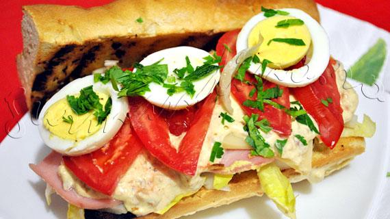 Reteta de sandwich cu ton, sunca, oua, emmental si andive