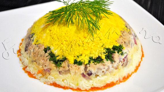 Reteta salata ruseasca Mimoza, salata cu oua fierte, morcov, somon, cascaval si maioneza