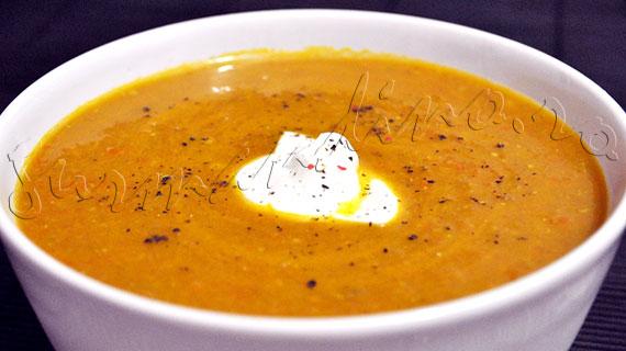 Reteta de supa crema picanta, de morcovi cu bacon, linte si curry