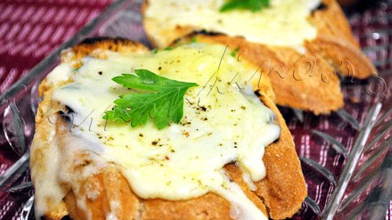 "Reteta Garlic Mozzarella Bread - tartine ""topite"" cu usturoi, patrunjel si mozzarella"