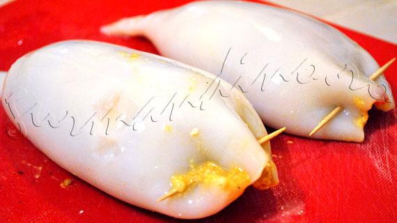 Reteta de calamari (calmari) umpluti cu branza feta, in sos cu lamaie, mustar si verdeata