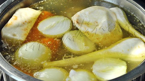 Reteta de ciorba de pui à la grec (cu pui, orez si legume, acrita cu sos de oua si lamaie)