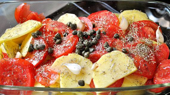 Reteta de dorada la cuptor, cu legume (cartofi, rosii, usturoi), capere, lamaie si rozmarin