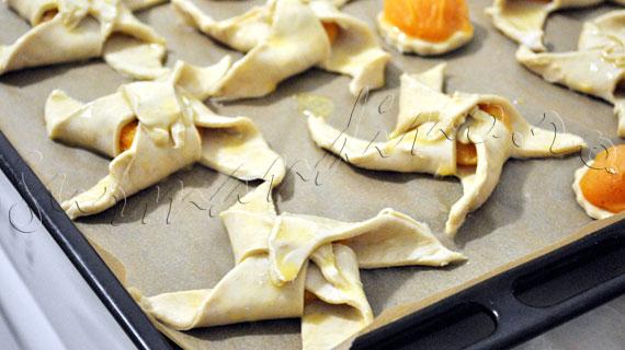 Reteta prajiturele de Craciun - Moristi si rondele din foietaj cu migdale si caise din compot