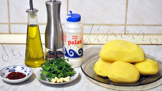 Reteta de cartofi picanti la punga, in cuptor, cu carnati oltenesti