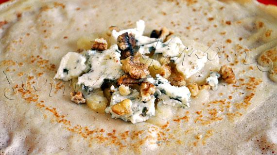 Reteta de aperitiv cu clatite - Pungute cu branza Roquefort, pere caramelizate si nuci