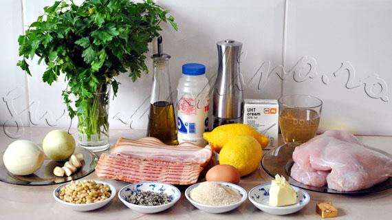 Reteta de rulada de curcan invelita in bacon, cu umplutura de bacon, ceapa si muguri de pin, in sos de vin cu smantana