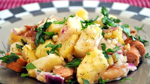 Reteta de salata nemteasca (bavareza) de cartofi cu crenvursti, bacon prajit, ceapa rosie si marar