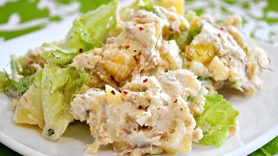 Reteta de salata de cartofi cu peste afumat si mere, cu sos de hrean si smantana