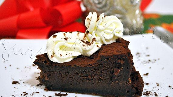 Reteta tort trufa, cu ciocolata neagra si rom, fara faina, ornat cu frisca