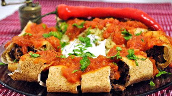 Beyti Kebab - kebab turcesc din carne tocata, invelit in lipie, cu sos de rosii si iaurt