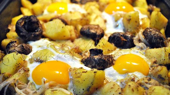 Reteta de cartofi la cuptor, cu ciuperci, ceapa, oregano si oua
