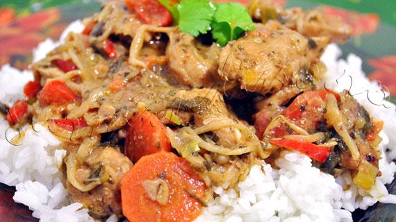Reteta thailandeza - Curry rosu de pui cu muguri de fasole si morcovi