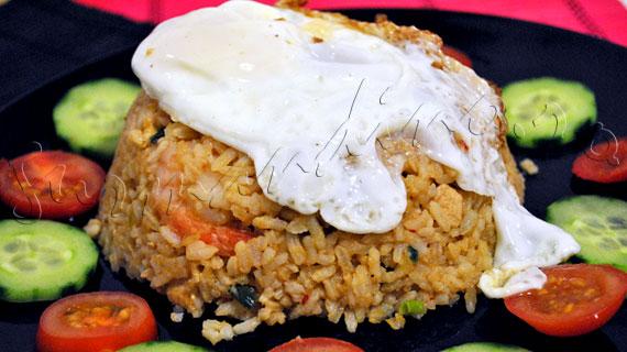 Nasi Goreng Ayam - reteta indoneziana de orez prajit cu pui si creveti