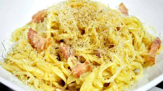Spaghete stil carbonara - reteta de paste cu afumatura, ceapa, smantana si parmezan