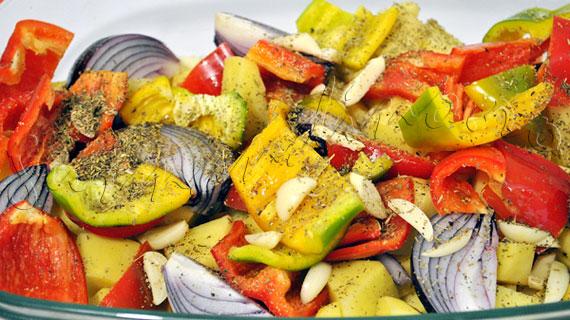 Reteta de friptura de pui intreg, la cuptor, cu ierburi de Provence si carnaciori, cu garnitura de cartofi, ceapa, ciuperci si dovlecei