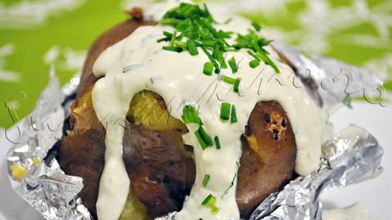 Reteta de cartofi copti cu sos de branza albastra, smantana si arpagic verde
