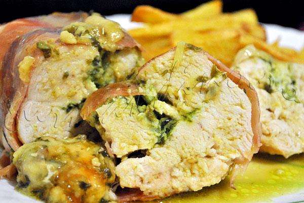 Reteta de piept de pui umplut cu pesto de leurda si mozzarella, infasurat in jambon
