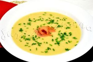 Reteta de supa crema de cartofi, cu mere si mustar, innobilata cu somon afumat