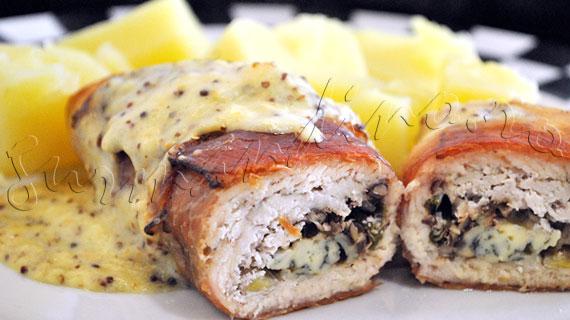 Reteta de rulada de pui cu branza albastra si nuci pecan, invelita in jambon si in sos cremos cu mustar