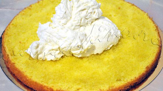 Reteta de tort cu crema de mascarpone si frisca, capsune si martipan