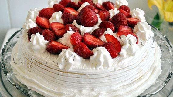 Reteta de tort cu blat alb (doar din albusuri), crema diplomat, capsune si frisca