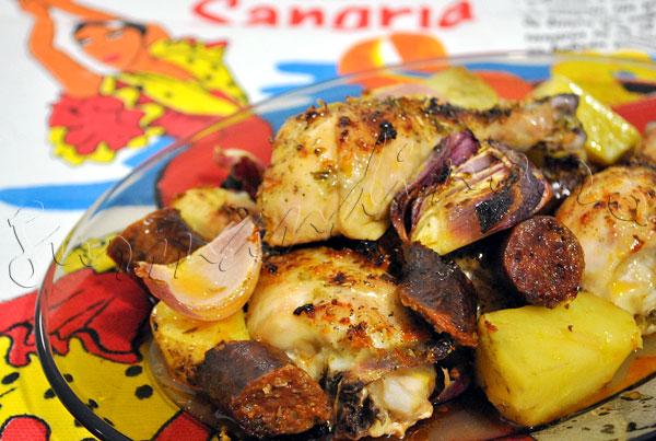 Reteta pui spaniol la cuptor, cu carnati chorizo, cartofi, ceapa si portocala