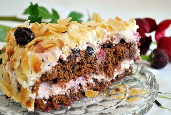 Reteta de tort cu blat de ciocolata, crema de mascarpone si fructe, invelit in fulgi de migdale