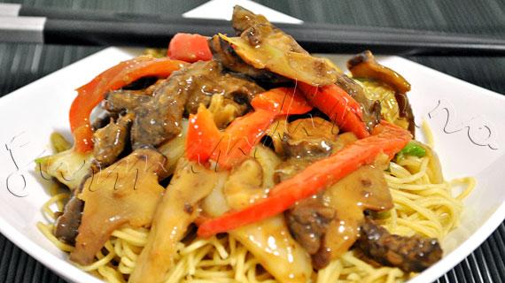 Reteta chinezeasca de stir-fry de vita cu varza chinezeasca si ciuperci shiitake