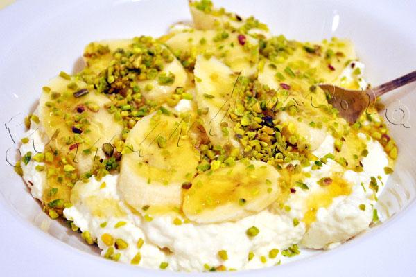 Reteta libaneza - Ashta (crema de lapte) cu banana, miere si fistic
