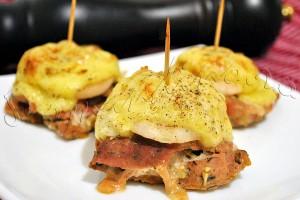 """""""Turnulete"""" din pulpa de porc cu bacon, branza, usturoi, ceapa si cimbru"""