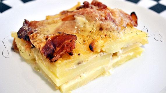 Reteta de garnitura - Gratin de cartofi cu sunca crud-uscata, ceapa si parmezan