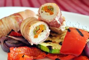 Reteta de mini-rulade: Butoiase de pui cu sparanghel si morcov, infasurate in bacon