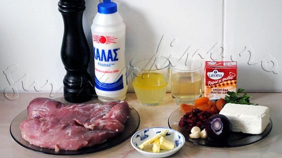 Reteta de friptura la cuptor - Muschiulet de porc umplut cu branza feta si fructe uscate, cu sos de vin si smantana